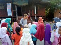 Anak-anak di Bira Belajar Bahasa Inggris