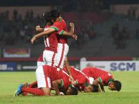 Tim Indonesia U-16 melakukan sujud syukur ketika berhasil mencetak gol ke gawang tim Filipina U-16 dalam laga penyisihan grup A Piala AFF U-16 di Gelora Delta Sidoarjo, Sidoarjo, Jawa Timur, Minggu (29/7).