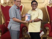 Amran Mahmud Serahkan Buku ke Plt Gubernur Sulsel
