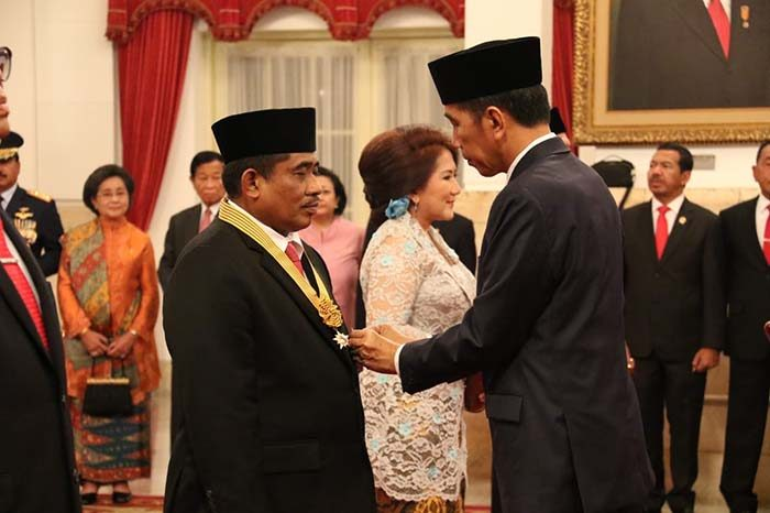 Pemberian tanda kehormatan RI Bintang Jasa Pratama dari Negara kepada Dirjen Otonomi Daerah (Otda) Kemendagri yang juga Penjabat Gubernur Sulawesi Selatan Soni Sumarsono