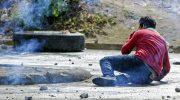 Seorang mahasiswa terjatuh terkena tembakan peluru karet saat aksi demonstrasi di Nikaragua
