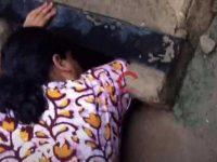 Seorang wanita menyelamatkan bayi baru lahir yang terjepit di saluran pembuangan (Foto: Screenshot video BBC)