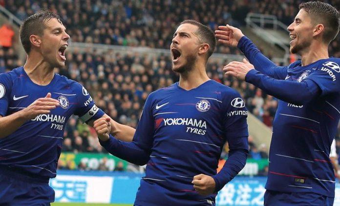 Eden Hazard merayakan golnya bersama Cesar Azpilicueta dan Jorginho. © AP