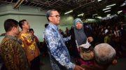 Gubernur Sulsel Nurdin Abdullah (NA) menjemput langsung 1.609 penumpang evakuasi korban gempa dan tsunami dari Sulawesi Tengah di Makassar, Kamis (4/10/2018)