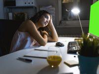 Ilustrasi Seorang Ibu Bekerja di Malam Hari