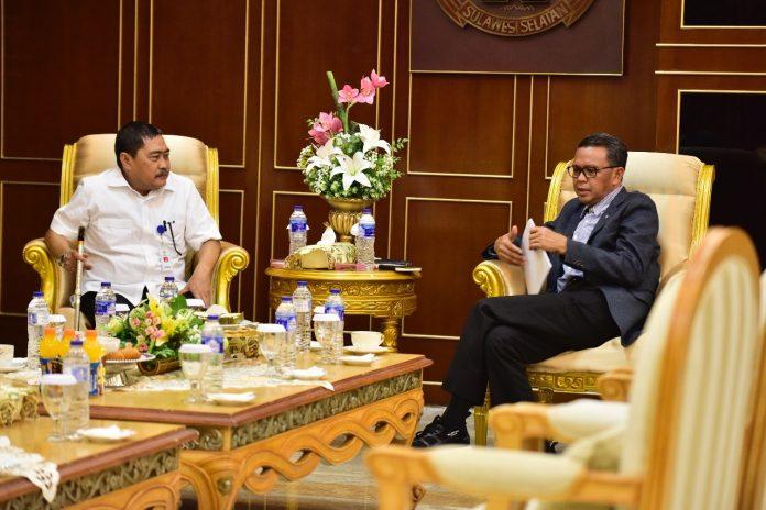 Nurdin Abdullah menerima kunjungan Direktur Jendral Pengembangan Kawasan Transmigrasi Desa, PDT Transmigrasi Republik Indonesia, Muhammad Nurdin, di Ruang Kerja Gubernur, Senin (29/10).