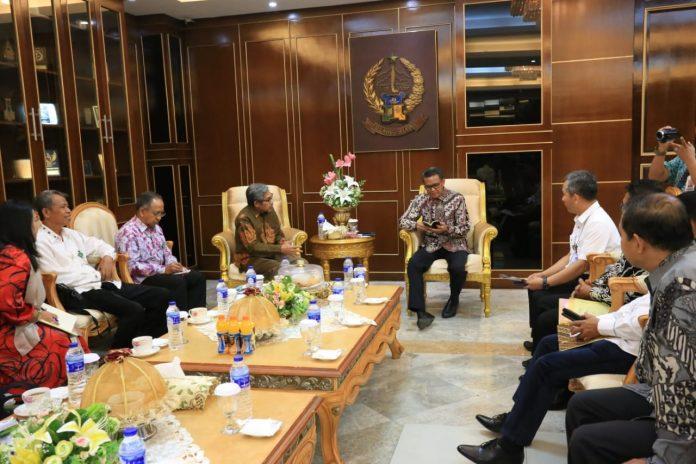 Panitia Pelaksana Pameran Potensi Hasil Hutan Indonesia bersama Gubernur Sulawesi Selatan, Kamis (18/10).