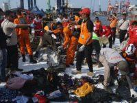 Proses evakuasi puing-puing pesawat Lion Air JT-610 di JICT Priok, Senin (29/10/2018). (Foto: kumparan)