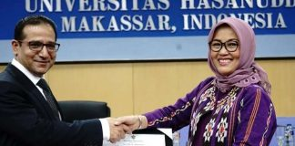 Rektor Universitas Hasanuddin, Prof Dwia Ariestina Pulubuhu saat penandatangan MoU dengan Islamic Research and Training (IRTI) yang dirangkaikan kuliah umum dari Direktur Jenderal IRTI Prof Dr Humayon Dar, di Kampus Unhas, Kamis (11/10).