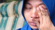 Baiq Nuril menghapus air matanya yang tumpah (kompas.com)