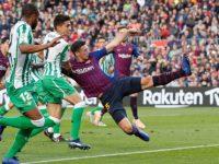 Clement Lenglet dalam laga Barcelona vs Real Betis. (Foto:Albert Gea/Reuters)