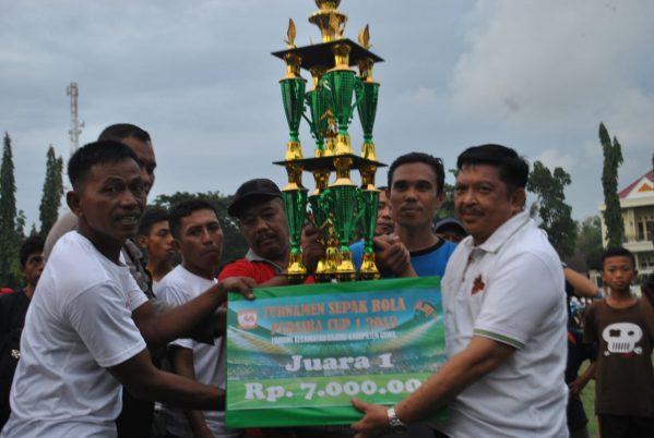 Azikin Solthan saat menyerahkan hadiah Juara Persiba Cup I