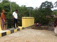 Bupati Barru Suardi Saleh tinjau proyek jembatan manuba. (Foto: Asriadi Rijal/Sulselsatu).