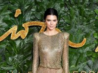 Kendall Jenner tampil tanpa bra di british fashion awards 2018.