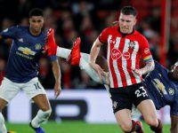 Pemain Southampton dan United berduel. (Foto: REUTERS/Eddie Keogh)