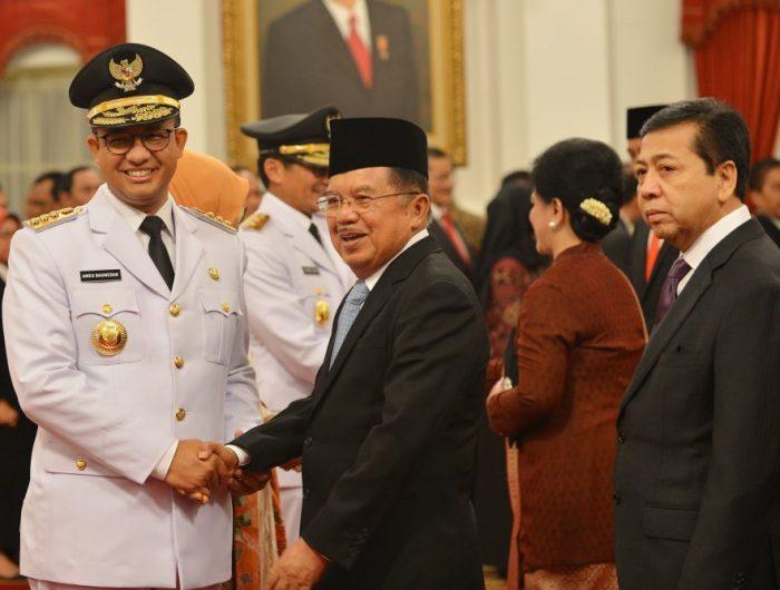 Wakil Presiden Jusuf Kalla saat memberikan ucapan selamat kepada Gubernur DKI Jakarta Anies Baswedan saat pelantikan di Istana Negara, Jakarta. ANTARA FOTO/Wahyu Putro A