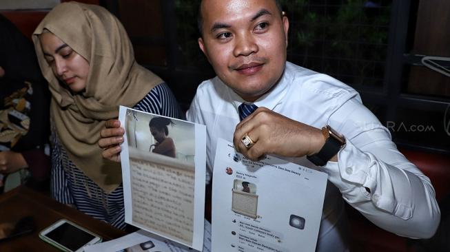 Artis Jane Shalimar dan Pengacara/kuasa hukum Zakir Rasyidin saat jumpa pers perihal kasus prostitusi yang melibatkan Vanesha Angel di kawasan Kalibata, Jakarta, Senin (7/1). [Suara.com/Muhaimin A Untung]