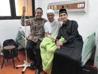 Ustaz Arifin Ilham dijenguk Gubernur DKI Jakarta, Anis Baswedan saat dirawat di Rumah Sakit, Senin (7/1/2019).