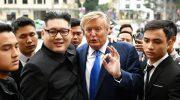 Russell White sebagai kembaran Donald Trump dan Howard X sebagai Kim Jong Un, bertemu di pusat kota Hanoi.