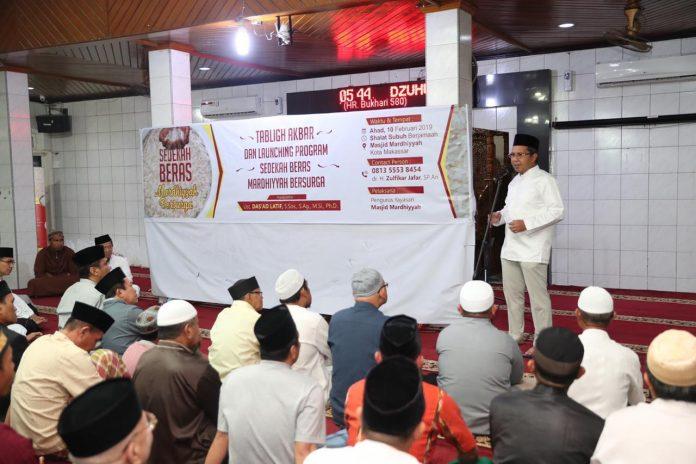 Wali Kota Makassar usai melakukan Gerakan Sholat Subuh Berjamaah (GSSB), di Masjid Mardhiyyah, Jl.Talasalapang 2 Makassar, Minggu (10/2/2019).