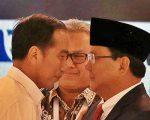 Capres nomor urut 01 Joko Widodo (kiri) dan Capres nomor urut 02 Prabowo Subianto (kanan) disaksikan Ketua KPU Arief Budiman (tengah) bersiap mengikuti debat capres 2019