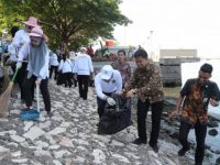 Danny Pungut Sampah pada Kerja Bakti dan Baksos HPSN Kejati Sulsel di Anjungan Toraja Mandar Pantai Losari, Jumat, (22/3).