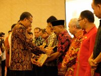 Penyerahan Penghargaan Pembangunan Daerah
