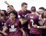 Para pemain PSM Makassar merayakan gol (Bola.com)