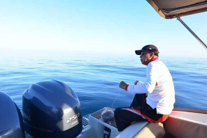 Gubernur Sulawesi Selatan, Nurdin Abdullah (NA) menikmati liburan dengan memancing di sekitar Pulau Samalona, Kota Makassar, Kamis (7/6/2019).