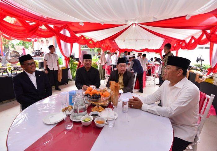 """Gubernur Sulawesi Selatan HM Nurdin Abdullah (kiri) saat menerima kunjungan masyarakat yang hadir pada acara """"open house"""" Idul Fitri 1440 Hijriag di Makassar, Rabu, (5/6/2019). (Foto: Humas Pemprov Sulsel)"""