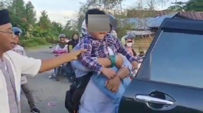 Bocah menangis dan meronta/ronta lantaran tak ada sinyal di kampung halaman keluarganya di Kecamatan Lamasi, Kabupaten Luwu, Sulawesi Selatan. (Instagram/palopo_info)