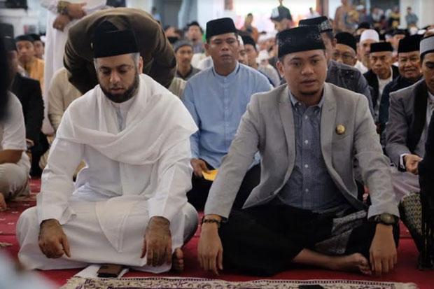 Bupati Gowa Purichta Ichsan saat menjalankan salat Idul Fitri. Pada kesempatan tersebut, hadir sebagai Penceramah Syekh Muhammad Jaber. Foto: Istimewa