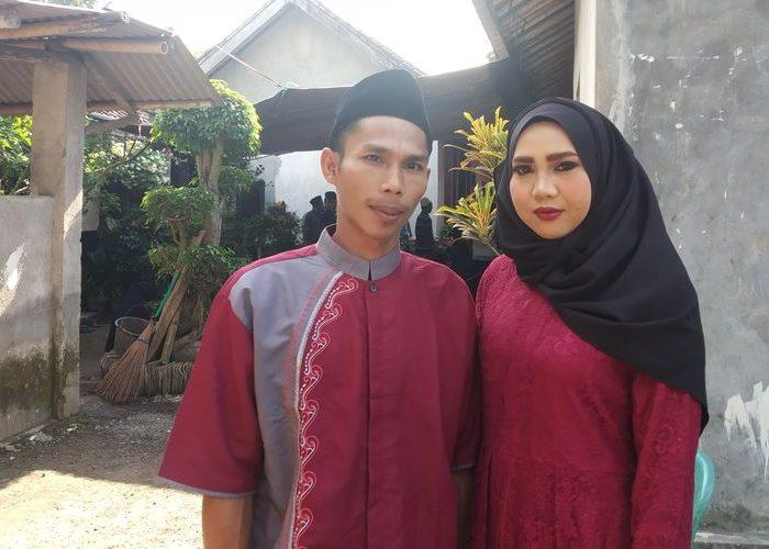 Agus Riadi dan Ros saat menjamu tamu di acara resepsi pernikahannya, Kamis Kemarin (27/6/2019). (Foto: Kompas.com)