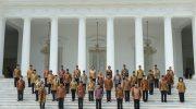Presiden Jokowi (ketiga kiri) dan Wapres Jusuf Kalla (Ketiga kanan) berfoto bersama Kabinet Kerja yang baru dilantik di Istana Merdeka, Jakarta, 27 Oktober 2014. ADEK BERRY/AFP/Getty Images