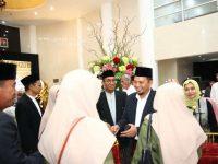 """Penjabat (Pj) Wali Kota Makassar, M Iqbal S Suhaeb bersama istrinya yang juga Pj Ketua TP PKK Kota Makassar Murni Iqbal menggelar """"Open House"""" di Baruga Anging Mamiri, Rumah Jabatan Wali Kota, Rabu (5/6/2019)."""