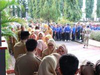 Bupati Bulukumba AM Sukri Sappewali melakukan Halal Bil Halal dengan salam-salaman bersama ratusan ASN Pemkab Bulukumba yang berlangsung di halaman Kantor Bupati Bulukumba, Senin (10/6/2019).