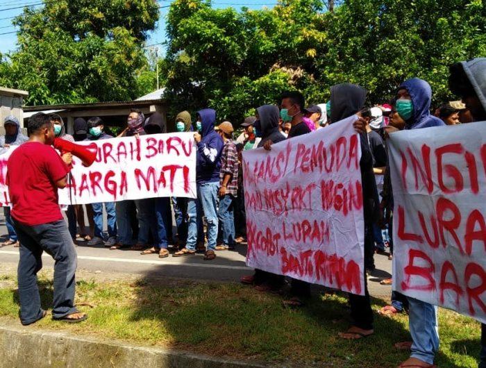 Puluhan pemuda dan masyarakat yang tergabung dalam Aliansi Pemuda dan Masyarakat Kelurahan Bontoramba Kecamatan Bontonompo Selatan menggelar aksi di depan kantor lurah Bontoramba, Gowa, Senin (10/6/2019).