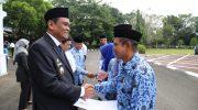 Bupati Barru yang didampingi oleh pimpinan Taspen cabang Makassar menyerahkan SK pensiun dan dana tunjangan hari tua kepada 6 orang purna bakti.