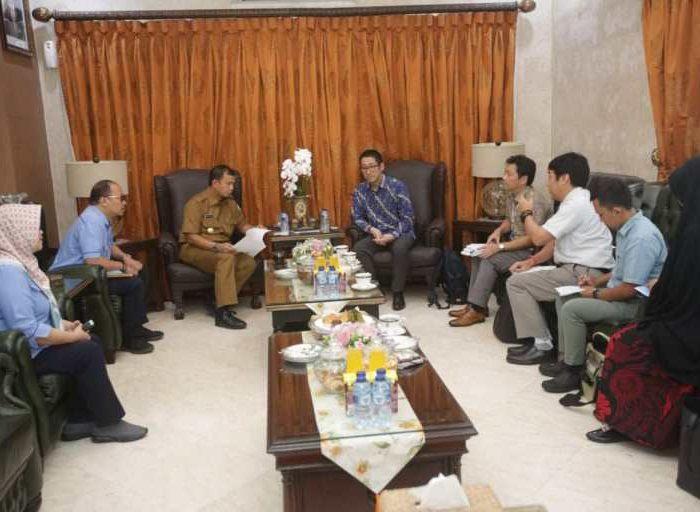 Pj Wali Kota Makassar Dr M Iqbal S Suhaeb menerima tim JICA Indonesia Ryo Ogawa dan Kenji Niwa di Rumah Jabatan Wali Kota, Selasa (18/6/2019).