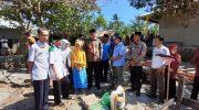 Bupati Barru bersama rombongan mengunjungi korban kebakaran nenek Minah.