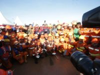 Gubenur Sulsel prof HM Nurdin Abdullah (tengah) bersama Pj Wali Kota Makassar M Iqbal Samad Suhaeb, berserta pejabat Pemkot Makassar dan petugas kebersihan berfoto bersama disela peluncuran Gerakan Makassar (Gema) Sabtu bersih di anjungan Pantai Losari Makassar, Sulawesi Selatan, Sabtu (22/6/2019).