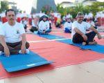 Festival Yoga Internasional yang diadakan di Anjungan Pantai Losari, Minggu (23/06/2019) pagi.