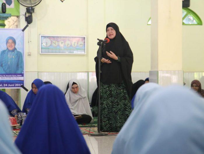 Hasnah Syam memberikan sambutan di acara pelantikan pengurus kelompok pengajian Nurul Huda Mallusetasi.