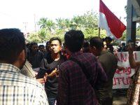 Aliansi Mahasiswa Bantaeng Bersatu (AMBAR) melakukan aksi unjuk rasa di depan halaman Kantor Gubernur Sulsel, Jln. Urip Sumoharjo, Senin (24/6/2019)