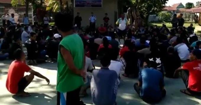 Petugas berusaha menenangkan ratusan napi Lapas IIB Kabupaten Polewali Mandar, Sulawesi Barat, yang mengamuk, Sabtu (22/6/2019).