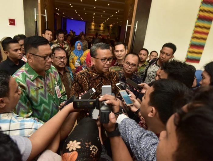 Gubernur Sulawesi Selatan H.M. Nurdin Abdullah memberikan keterangan pers.