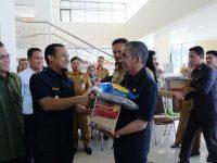 Wakil Gubernur (Wagub) Sulsel, Andi Sudirman Sulaiman menyerah bantuan kepada korban bencana.