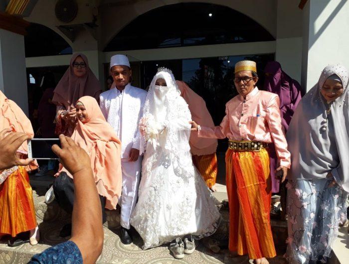 Muhammad Huud Wima mempersunting kekasihnya Amaliah Aulia hanya dengan mahar melafalkan surah Ar-Rahman dan perhiasan emas 5 gram.
