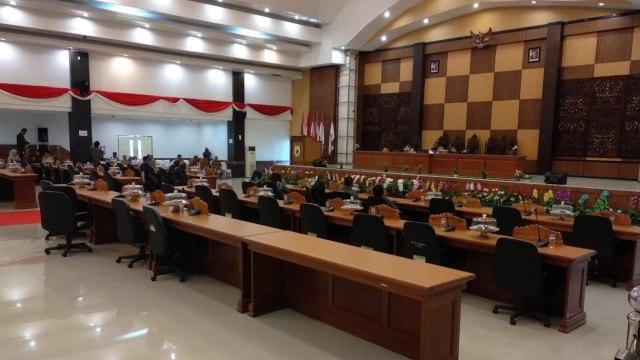 Suasana rapat paripurna DPRD Sulbar yang hanya dihadiri 9 anggota DPRD. (Foto: Kumparan)