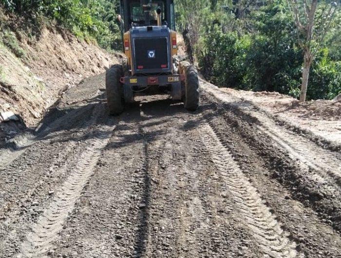 Pengerjaan Jalan di Daerah Seko di Kabupaten Luwu Utara, Sulawesi Selatan.